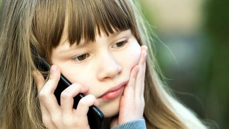 Lille pige med telefon